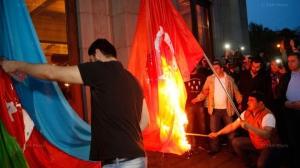 В Армении назревают протесты: на факельном шествии в Ереване в толпе жгут флаги Азербайджана и Турции