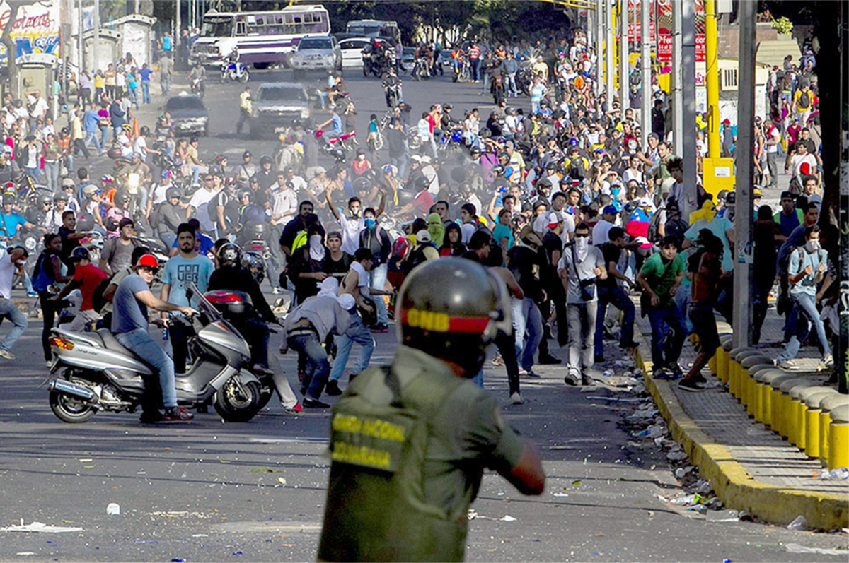 В Венесуэле начались ожесточенные уличные бои за освобождение от диктатуры Мадуро и пророссийских сил - подробности