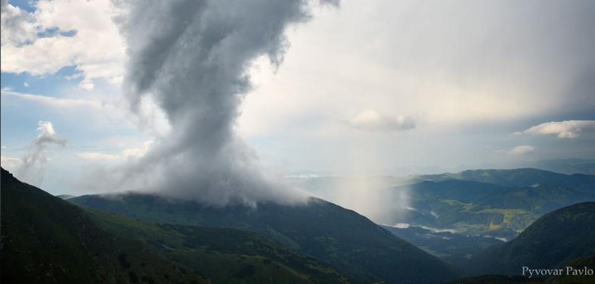 """В Карпатах пронесся крупный смерч – фотограф поделился эмоциями: """"Начался почти конец света"""""""