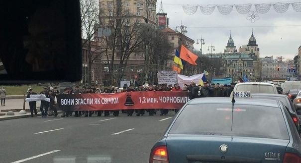 Бунт чернобыльцев в Киеве: перекрыт Крещатик, огромная колонна ликвидаторов движется к Кабмину