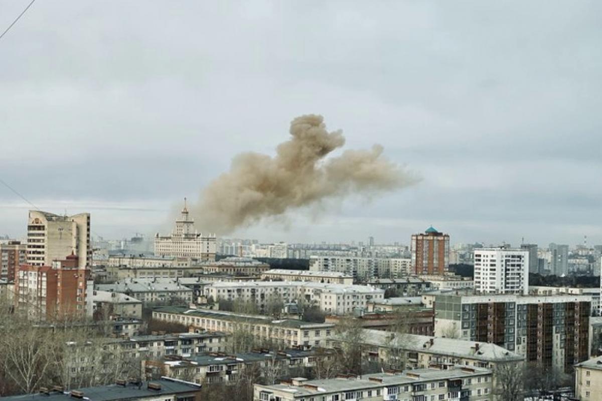 Мощный взрыв в поликлинике Челябинска попал на видео прохожих - после детонации начался пожар