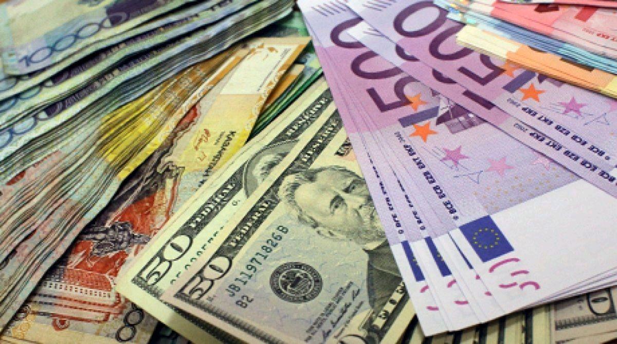 """Курс доллара и евро к гривне: """"Нацбанк трижды за день вмешался"""""""