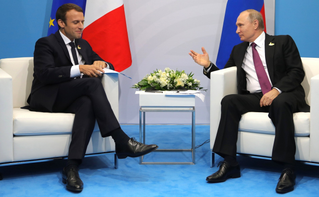 """Президент Макрон изящно """"унизил""""  Путина, опоздав на их совместную встречу: стало известно, почему лидер Франции не спешил идти на контакт с главой РФ"""