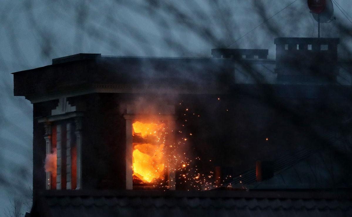 Дом стрелка в Мытищах начали обстреливать из гранатометов: он подорвал часть коттеджа, лестница обрушилась