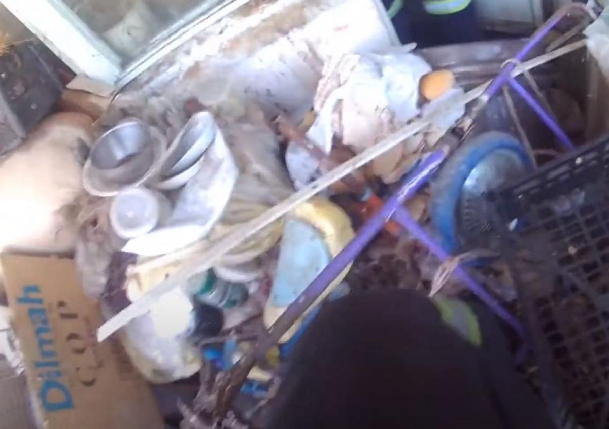 В Хмельницком старушка-накопительница застряла в мусоре собственной квартиры