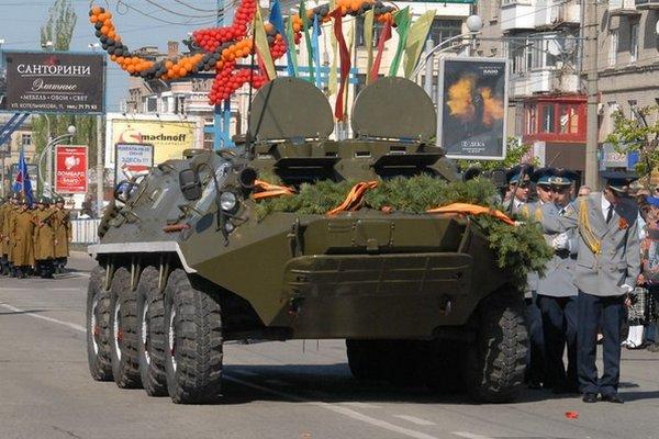 """Центр Луганска на 9 мая оккупируют сотни боевиков и десятки танков для праздничного """"бряцания оружием"""""""