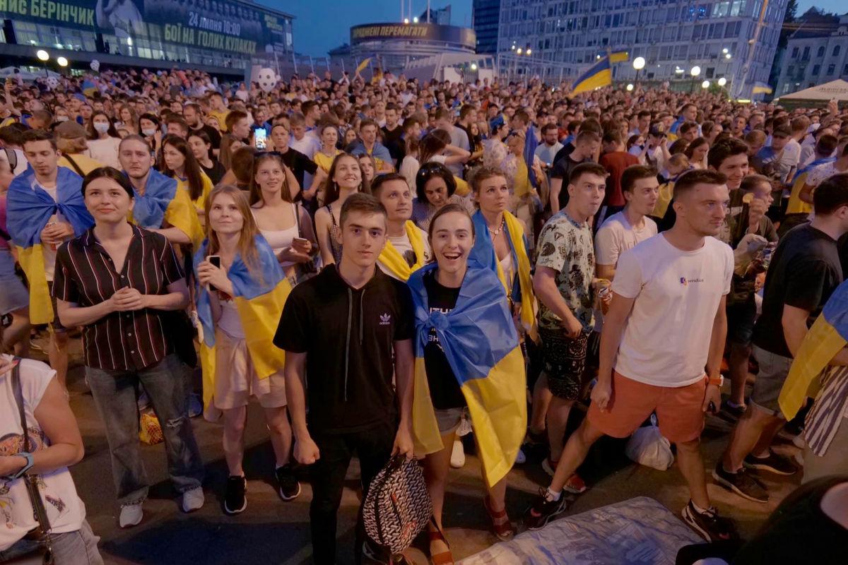 Тысячи болельщиков в Киеве спели гимн Украины со своей сборной на Евро - 2020: соцсети под впечатлением