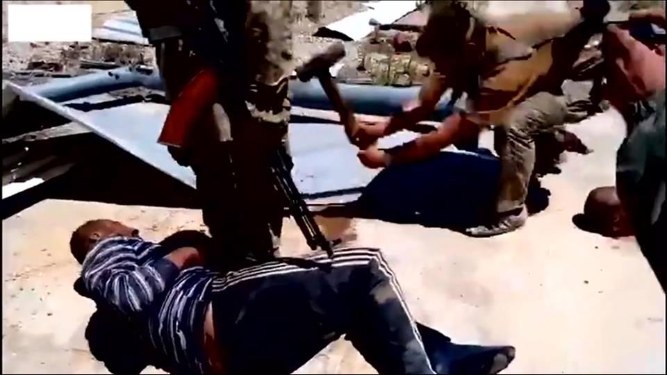 До таких пыток не додумались бы даже террористы из ИГИЛ: в Сети опубликованы кадры жестких издевательств солдат армии Путина в Сирии
