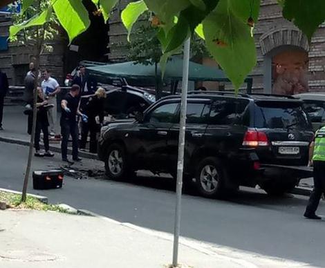В центре Киеве взорвался дорогой внедорожник - пострадал водитель: кадры