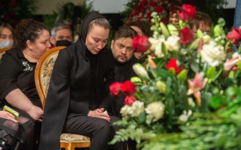 На похоронах Грачевского вдова Белоцерковская еле стояла на ногах, ее вели под руки