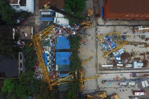 На общежитие китайских рабочих рухнул 80 тонный кран: десятки людей были раздавлены