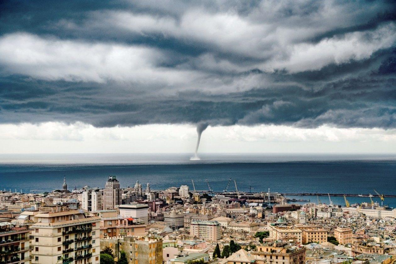 Летали машины и крыши домов: мощный смерч накрыл популярный среди туристов итальянский остров
