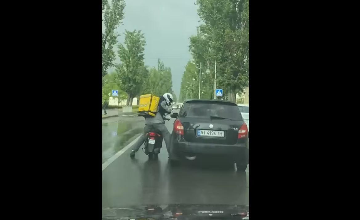 В Киеве курьер Glovo и водитель авто устроили драку посреди дороги: инцидент попал на видео