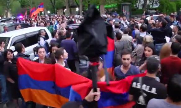 Протест в Ереване: тысячи армян жгли флаги РФ и требовали россиян убраться из Нагорного Карабаха
