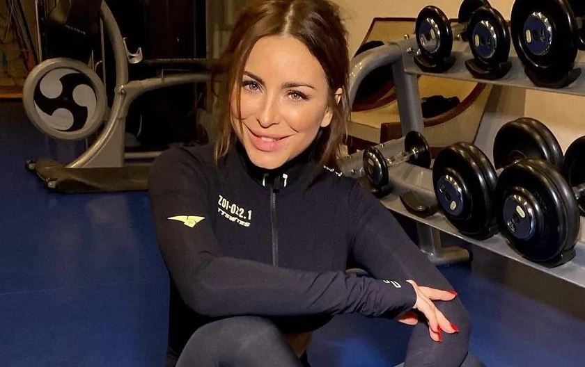 Ани Лорак в спортопе показала комплекс любимых упражнений для подтянутого тела