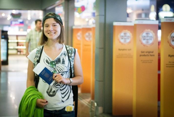 """""""Знакомьтесь! Это София, она гордится своим украинским паспортом!"""" - Петр Порошенко показал фото 100-тысячной украинки, которая по безвизу пересекла границу с ЕС"""
