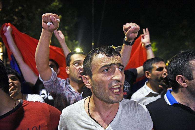 Митинги оппозиции в Армении: министры экс-премьера Саргсяна уходят в отставку ради поддержки сторонников Пашиняна - кадры