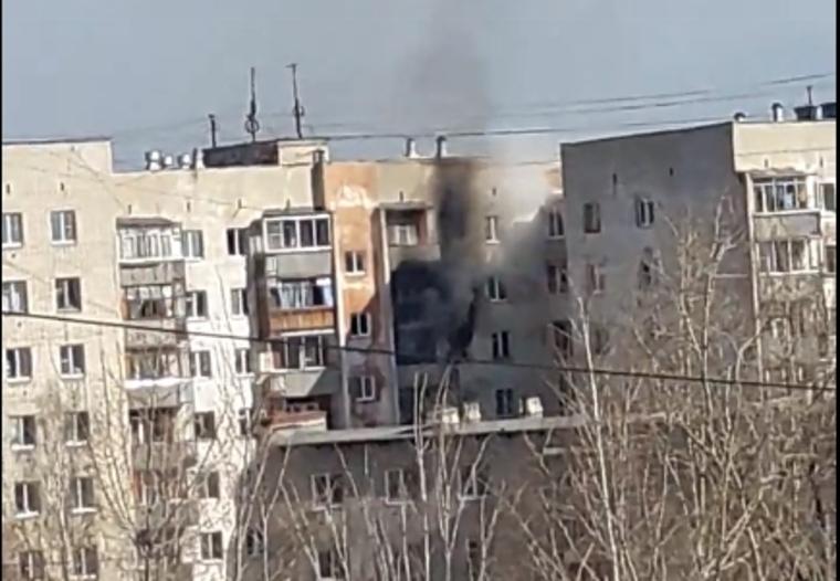 Из-за взрыва в многоэтажном доме в России много пострадавших: СМИ показали кадры горящих квартир