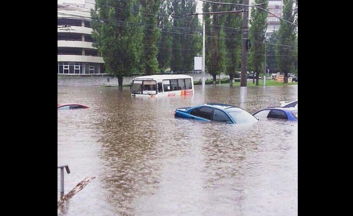 В Москве полностью затопило переходы и ТЦ: люди на видео признаются, что такого не видели никогда