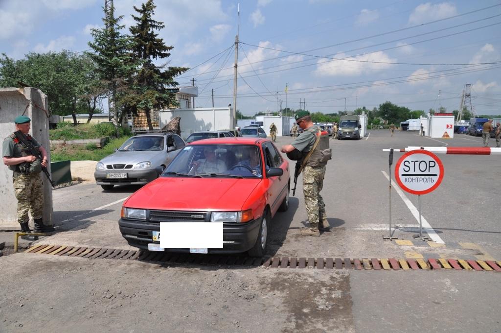 ЧП на линии разграничения: во время досмотра автомобиль с женщиной за рулем совершил наезд на пограничника