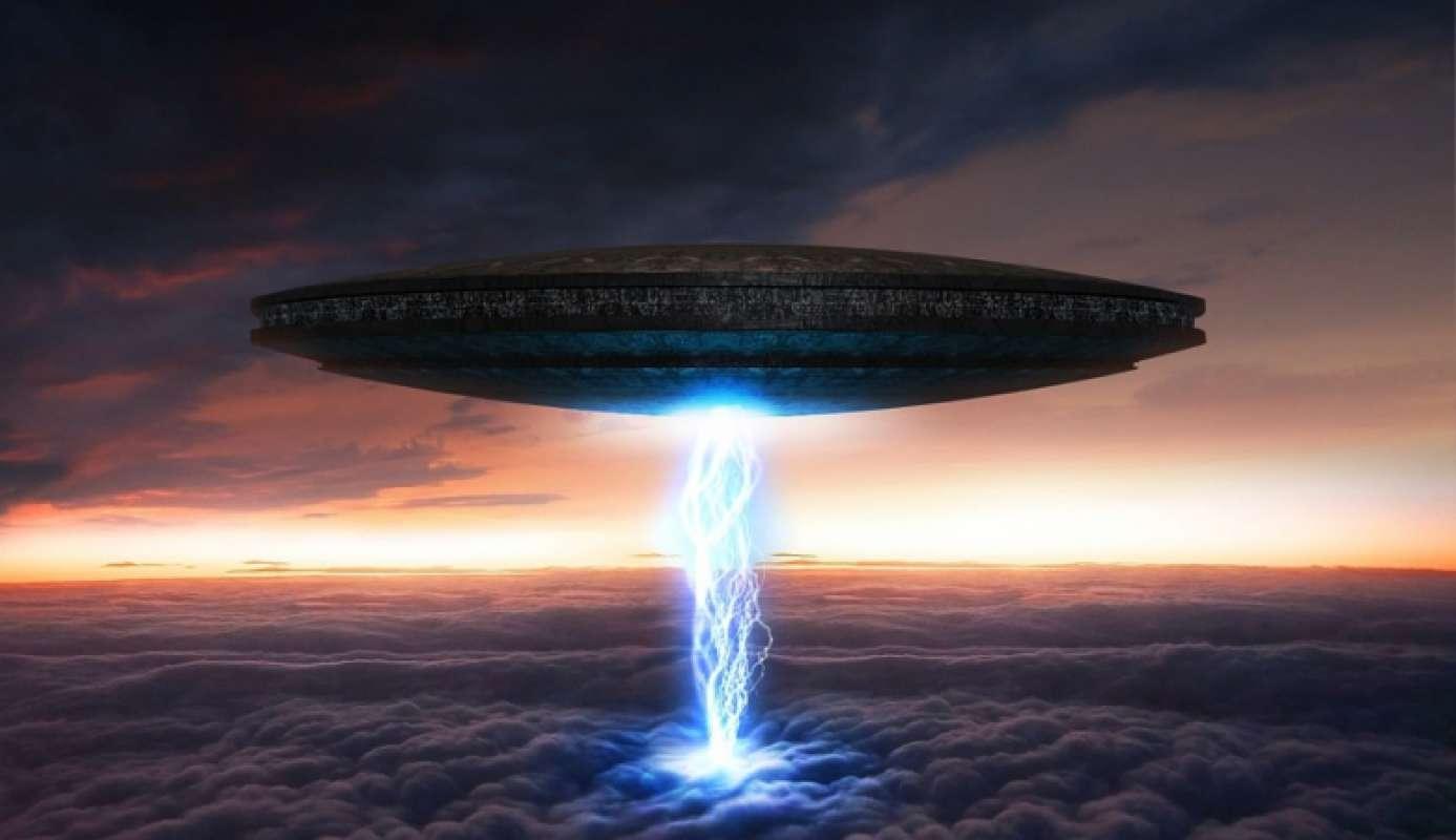 Жители Нью-Йорка стали свидетелями появления огромного НЛО в небе над мегаполисом - кадры
