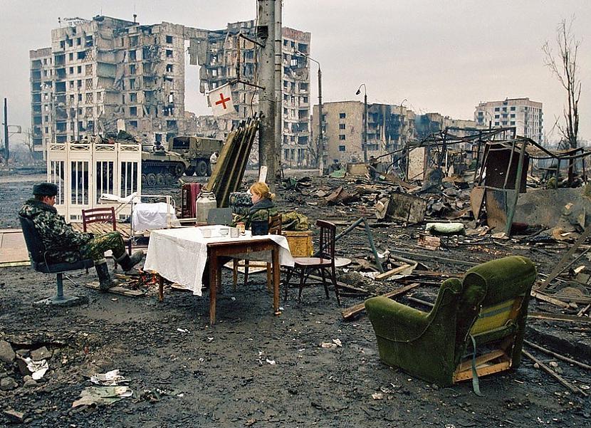 """""""Скажите, когда российские войска ровняли с землей Грозный, эта была хунта или фашизм?!"""" - соцсети бурно обсуждают снимок российских солдат в Чечне"""