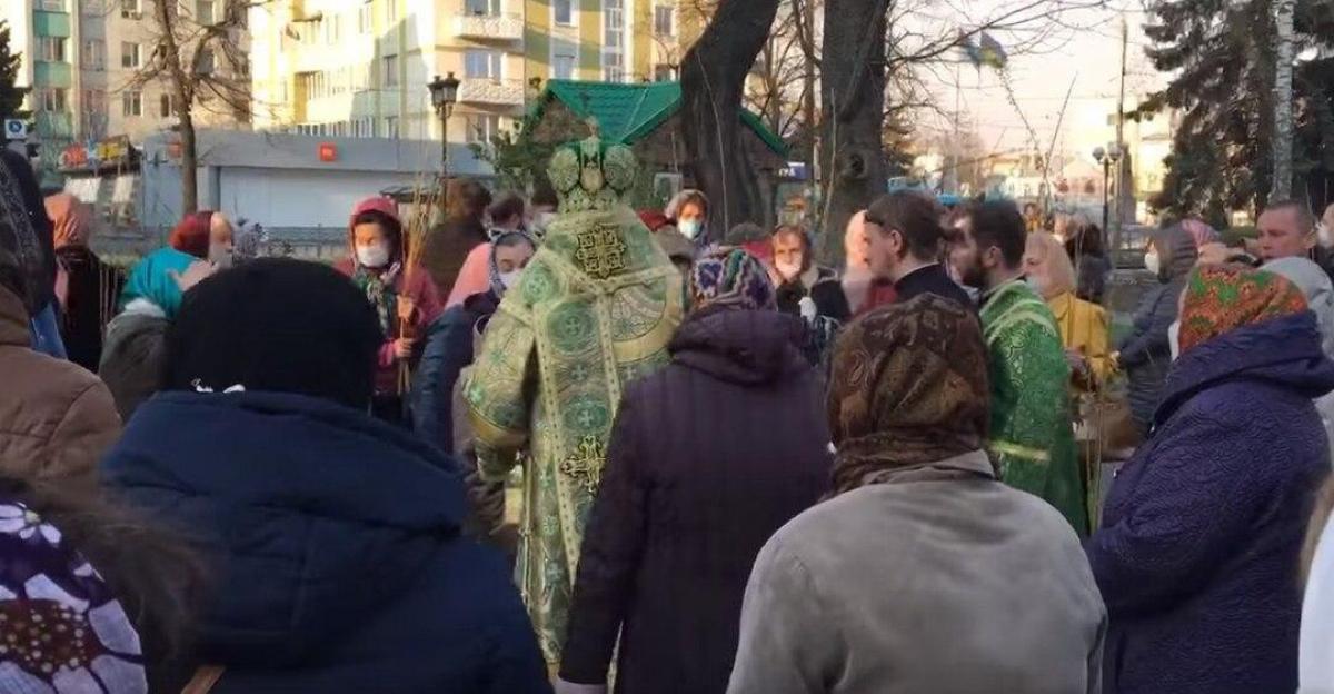 В Ровно и Полтаве, несмотря на коронавирус, прихожане УПЦ МП пришли отмечать Вербное воскресение