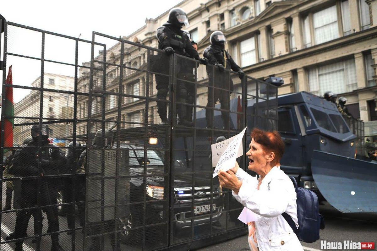 Лукашенко приказал вывести военную технику: протестующих поливают из водометов, начались задержания