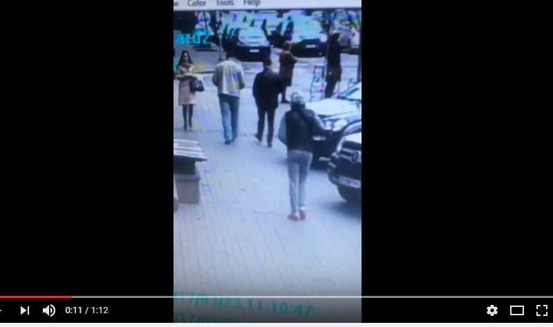 Киллер сначала позвал Вороненкова, а затем начал его расстреливать: первый выстрел  - в сердце, по этим кадрам можно понять, как именно убивали экс-депутата Госдумы РФ