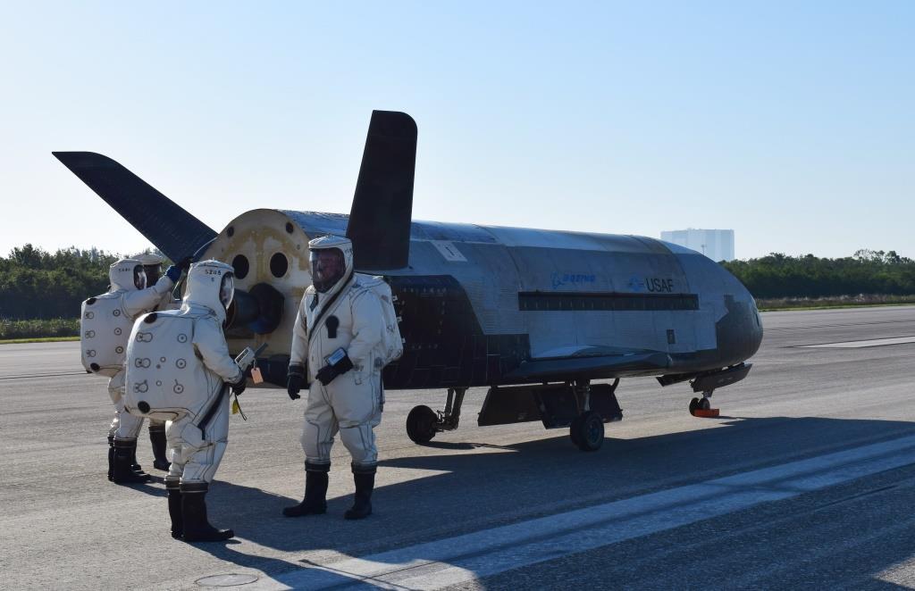 ВВС США провели успешные испытания секретного орбитального самолета X-37B, который способен доставлять в космос груз и одновременно вести разведку: опубликовано видео