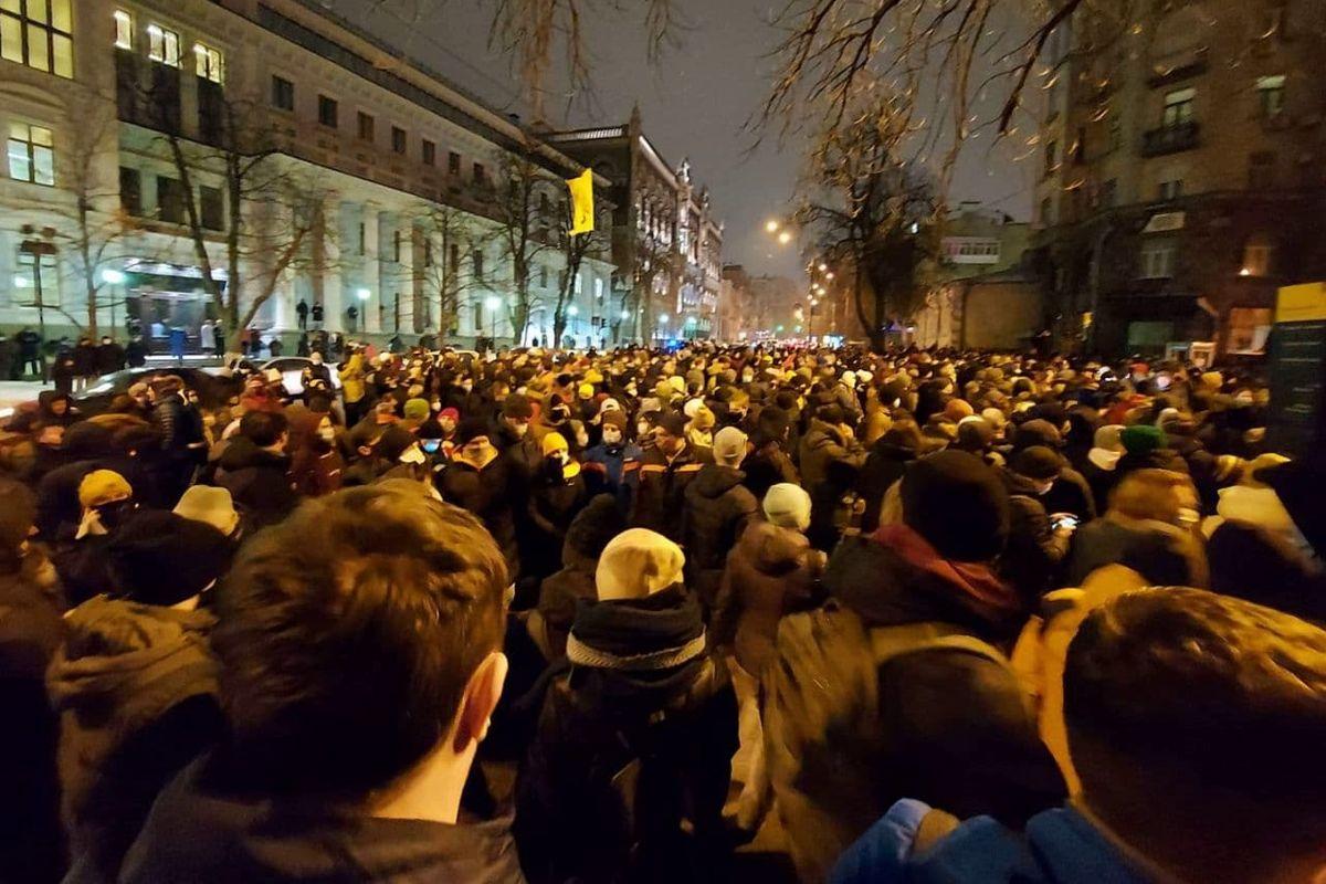 """""""Киев, вставай!"""" – тысячи людей пришли под Офис президента из-за Стерненко, начались стычки с полицией"""
