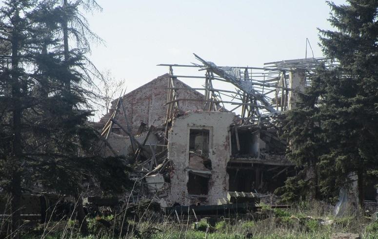 Бродячие собаки и люди, живущие в аду, устроенном террористами из РФ: появились свежие кадры руин элитного поселка рядом с оккупированным Донецком