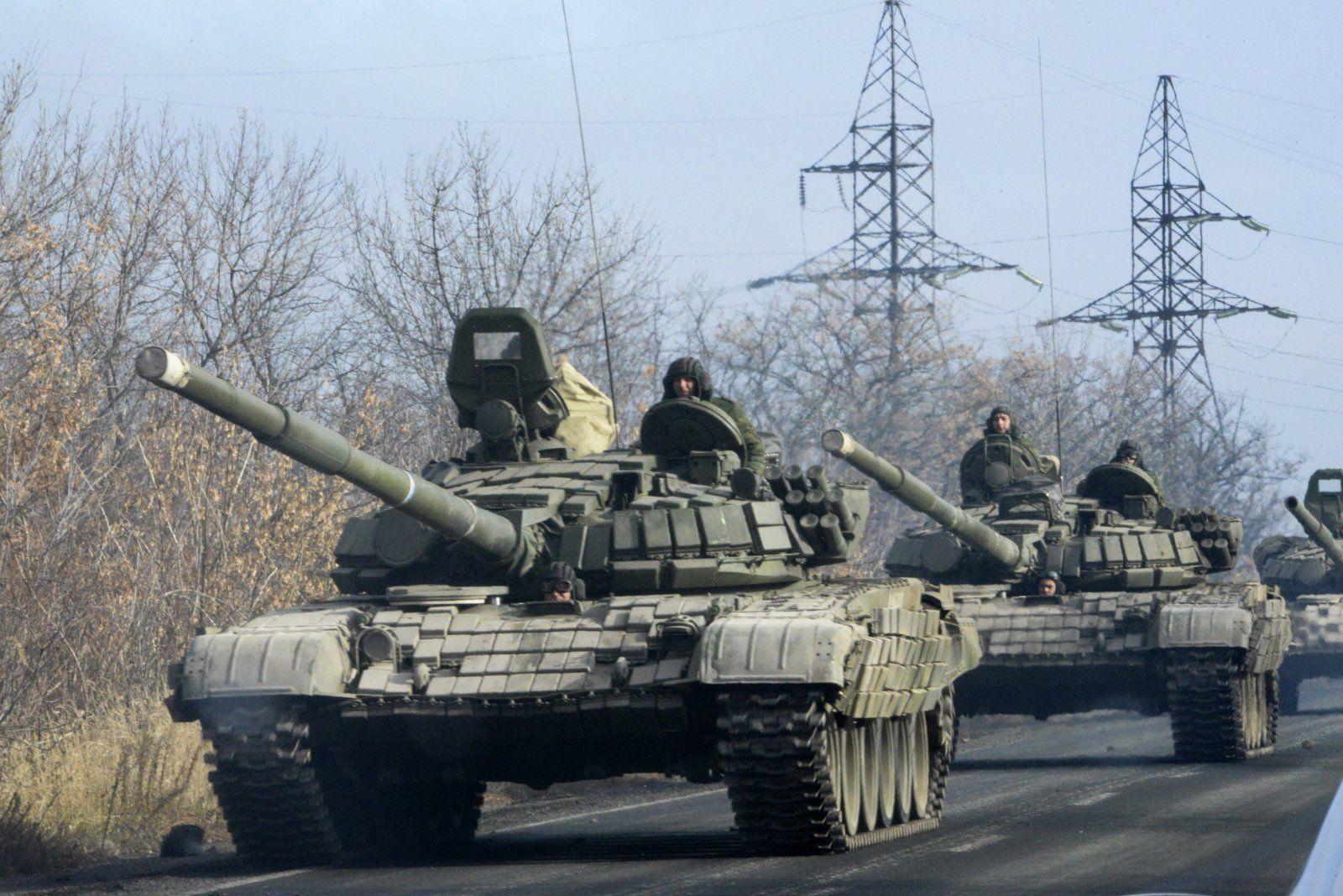 Колонна российских танков угодила в аварию под Новосибирском: столкновение на шоссе попало на видео