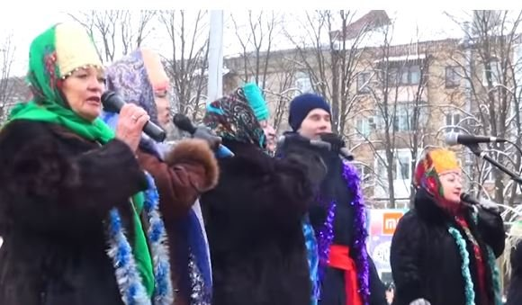 Видео из оккупированной Горловки с праздника елки: людей мало, толпу развлекают бабушки в кокошниках