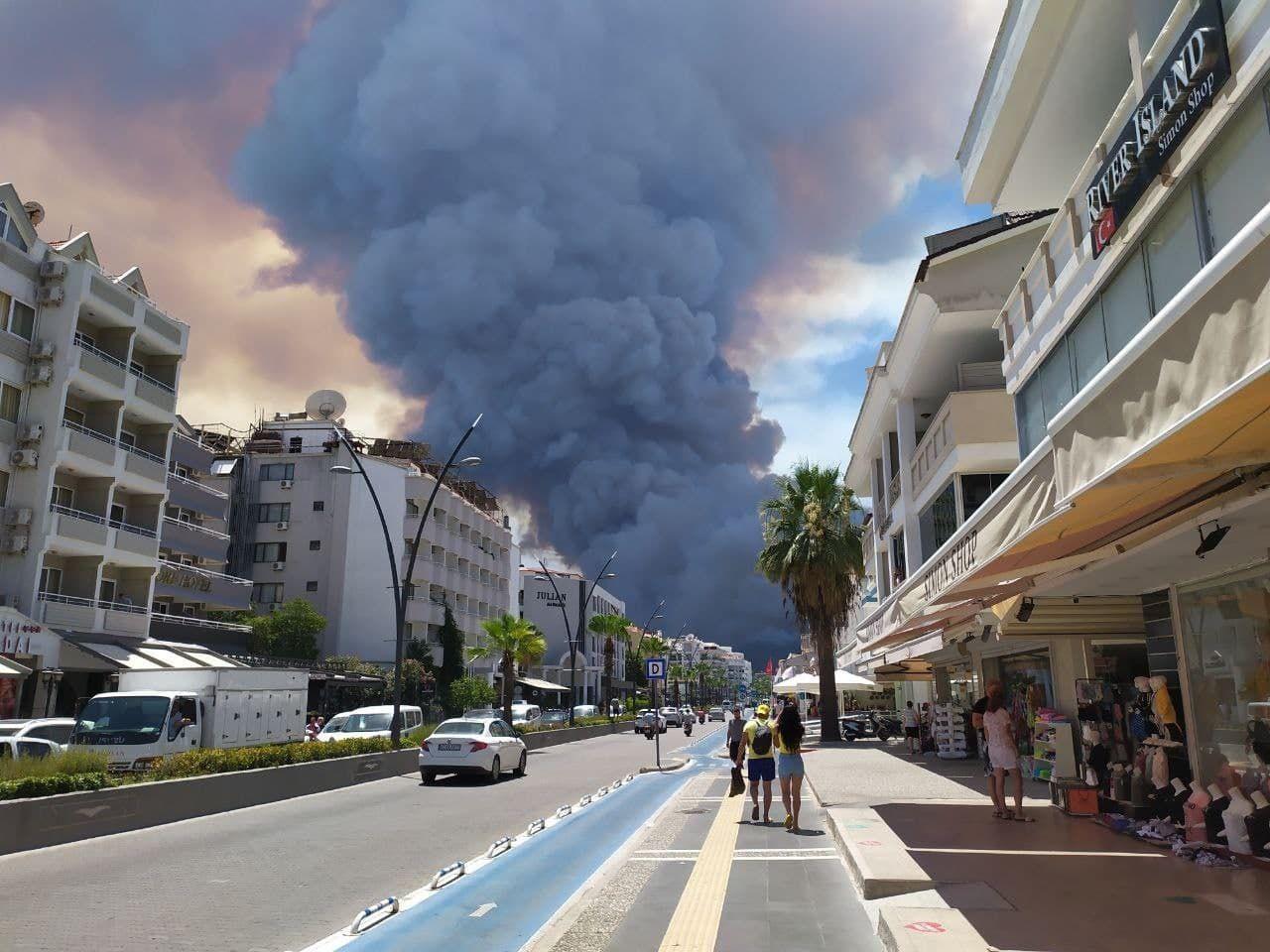 Туристов эвакуируют по морю: пожар в Турции вплотную подобрался к отелям Бодрума