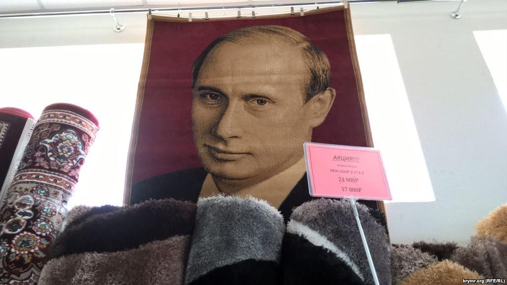 """""""Чтобы было где ноги вытереть"""" - СМИ высмеяли продажу ковра с изображением Путина в одном из крымских магазинов"""