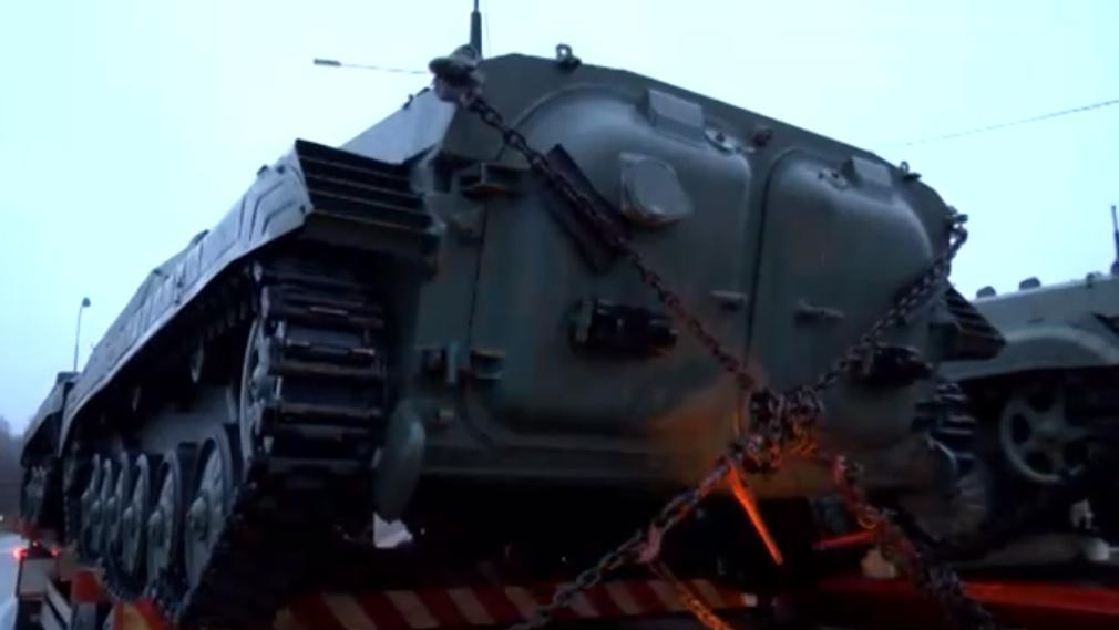 Кремль испугала украинская боевая техника: в Сети тревожно обсуждают переброску колонны БМП из ЕС - кадры