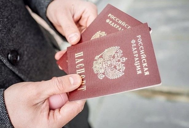 """Появилось видео, как мужчина разрезал ножницами паспорт России после получения: он мог быть из """"ЛДНР"""""""