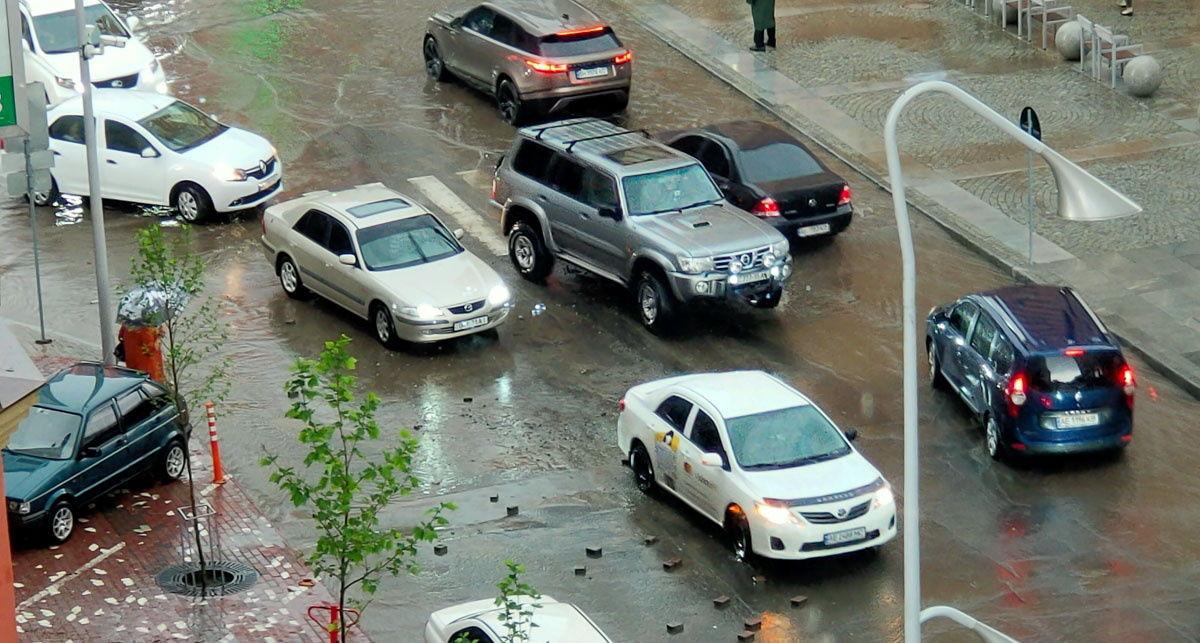 Гремел гром, улицы затопило, ветки падали на землю: на Днепр обрушился сильный ливень