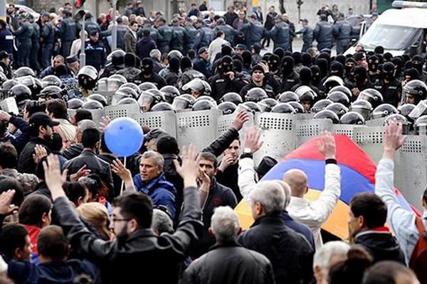 Протесты в Армении продолжаются: оппозиция требует мирной передачи власти
