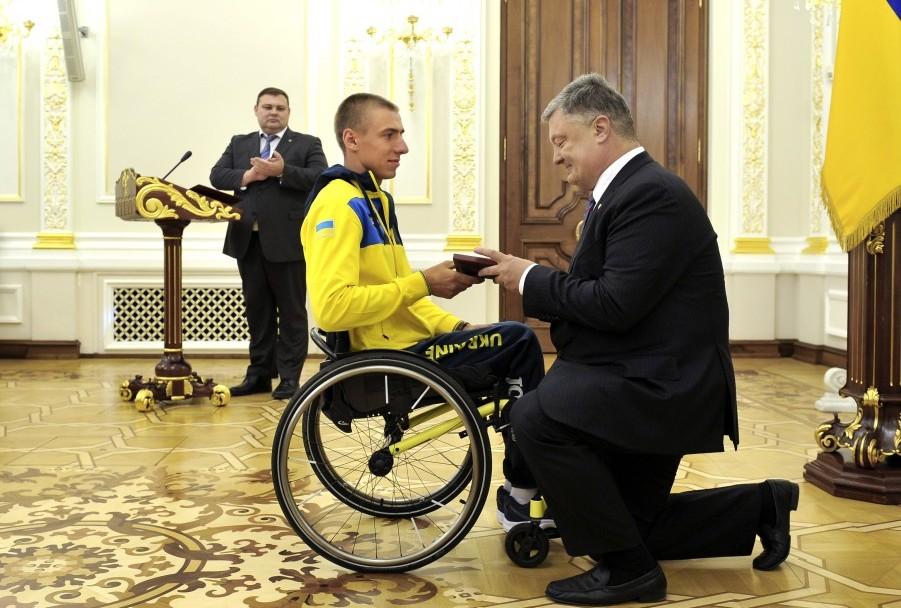 """""""Вы - гордость нации!"""" - Порошенко встал на колени перед украинским воином, призером """"Игр непокоренных"""", прославившим Украину в Торонто. Кадры"""