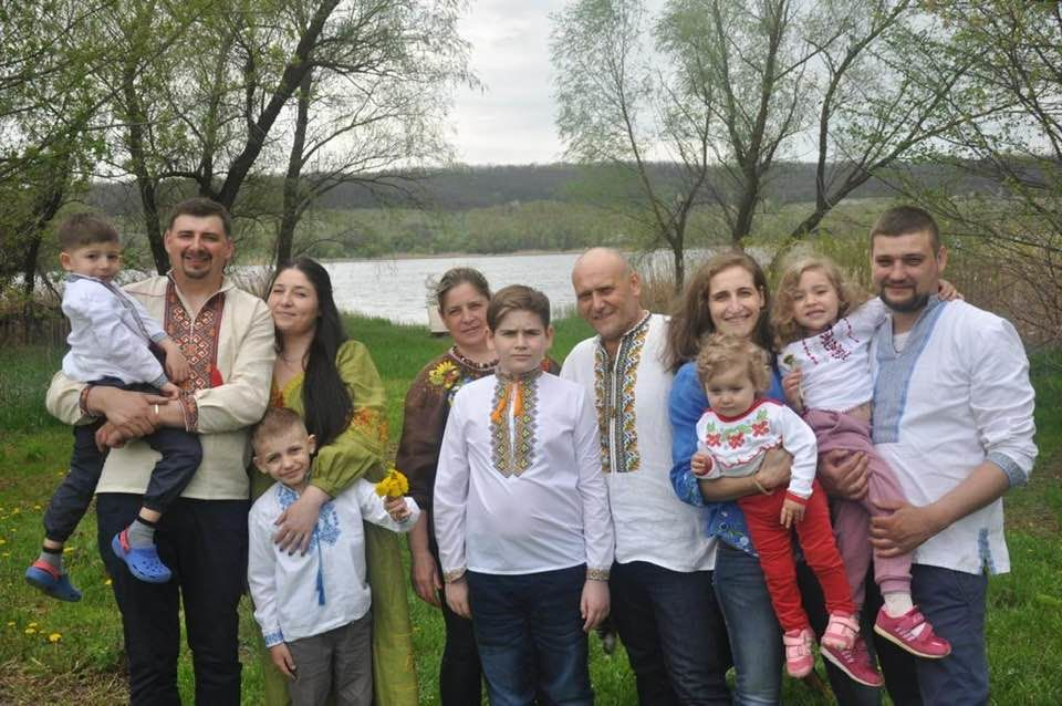 """""""Праздную заслуженно!"""" - в День отца Ярош показал редкое фото с женой, тремя детьми и внуками"""
