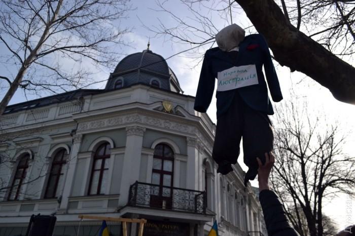 В Одессе активисты заблокировали работу облпрокуратуры и поставили виселицу для прокурора Стоянова