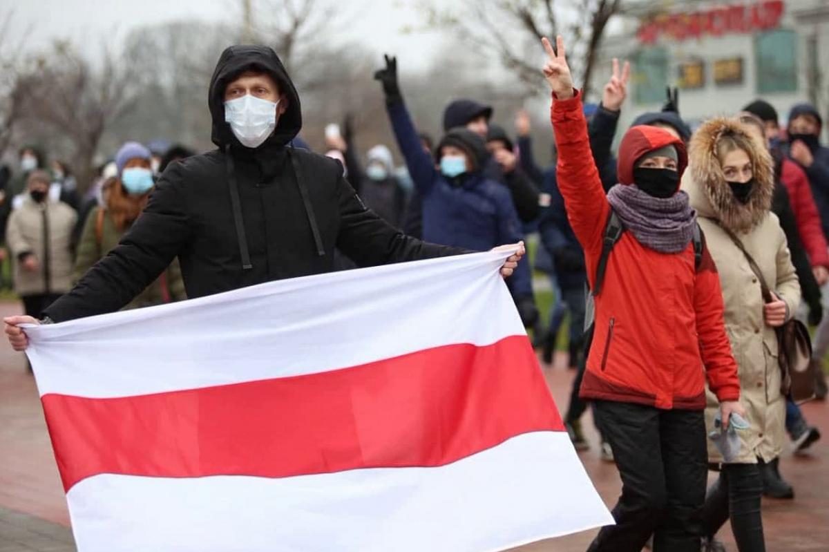 """""""Марш против фашистов"""" в Минске: протестующие выбрали новую тактику, силовики в замешательстве"""