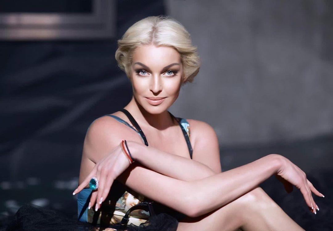 """""""Так может только Настя"""": Волочкова в красном купальнике взобралась на бочку и показала свой фирменный трюк"""