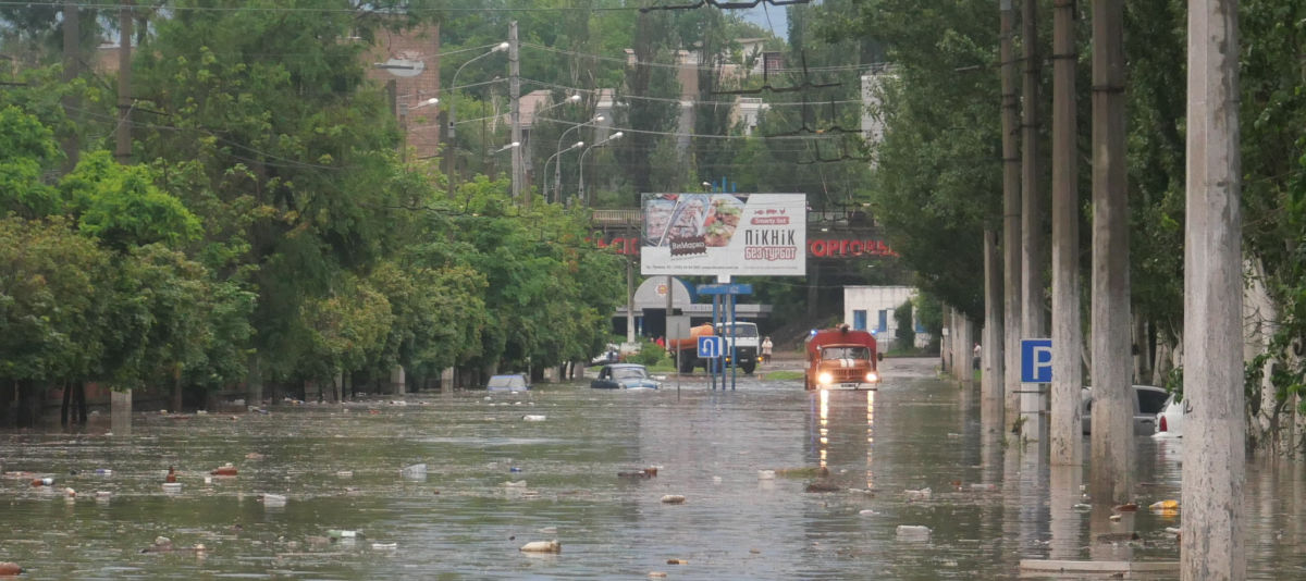 На Мариуполь обрушилась непогода: улицы города затоплены, пешеходы превратились в пловцов