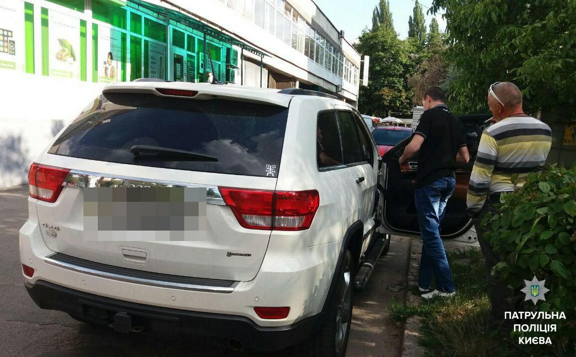 Курьезная стрельба в Киеве: один из вооруженных хулиганов прострелил себе пятку - кадры