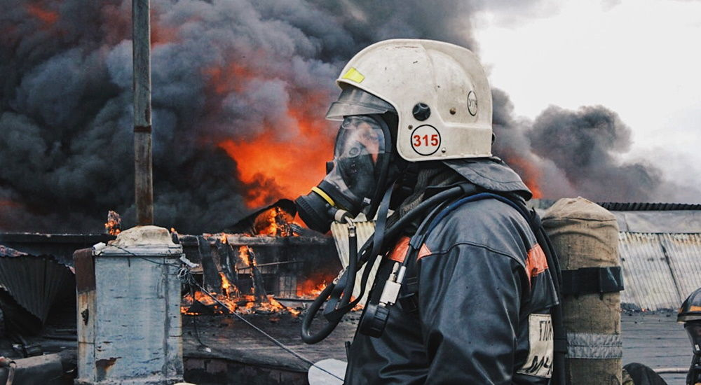 В России загорелся завод по переработке мусора: огонь охватил площадь 10 тыс. кв. метров