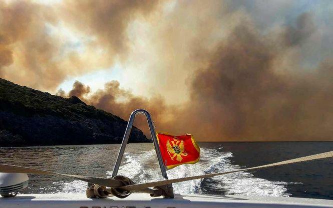 Черногорское побережье охватил масштабный пожар - спасатели эвакуируют туристов - кадры