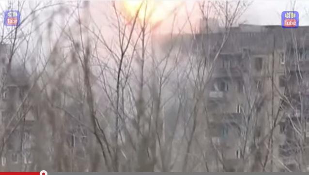 Как ДНРовцы расстреливают жилые дома в Углегорске - видеофакт